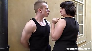 Fat mature wife pays young gifted 50 Euros for a buns